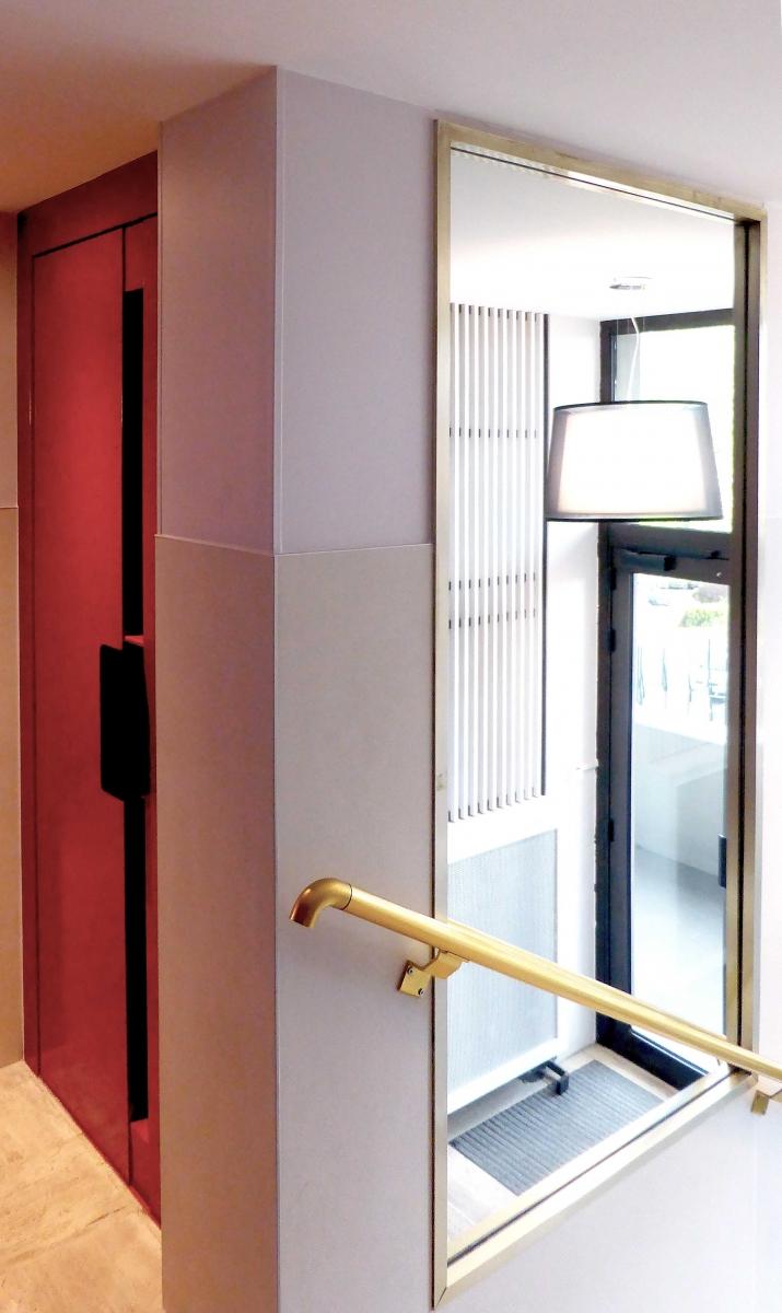 Luminaire-ascenseur-rouge-miroir